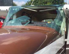 El vidrio delantero de la avioneta se quebró debido al impacto del ave. (Foto Prensa Libre: Twitter Francis Argueta)