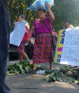 Los inconformes con los resultados de las elecciones para alcalde en Coatepeque han colocado obstáculos en el km 216 de la ruta al suroccidente. (Foto Prensa Libre: Alex Coyoy).