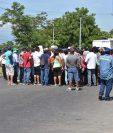 Bloqueo persiste en el kilómetro 125 de la ruta al Atlántico, donde pobladores rechazan proyecto hidroeléctrico. (Foto Prensa Libre: Mario Morales).
