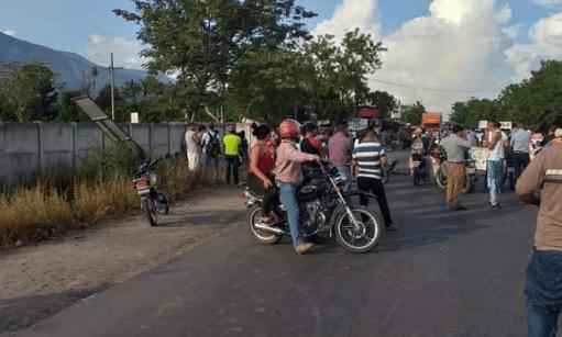Manifestantes impiden paso en el km 126 de la ruta al Atlántico, en Río Hondo, Zacapa. (Foto Prensa Libre: Mario Morales).