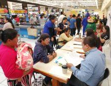 Decenas de personas llegaron en busca de un empleo. (Foto Prensa Libre: María Longo)