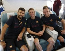 Los jugadores del Barcelona Piqué, De Jong y Rakitic lucen felices en el viaje a Japón. (Foto Prensa Libre: FC Barcelona)
