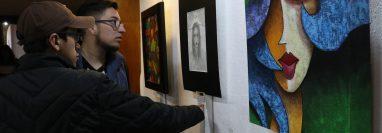 En el primer día de exhibición se observó a muchos jóvenes que se interesaron por conocer más sobre las pinturas. (Foto Prensa Libre: Raúl Juárez)