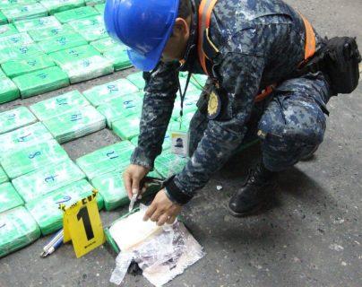 Investigador hace la prueba de campo a la cocaína decomisada en Puerto Barrios, Izabal. (Foto Prensa Libre: PNC).