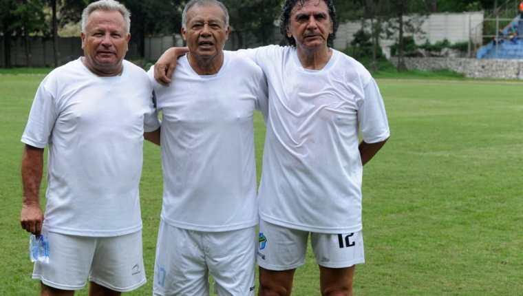 Óscar Sánchez, al centro, junto a dos de sus mejores amigos, Félix Macdonald (i) y Sergio Rivera (Foto Prensa Libre: Edwin Fajardo)