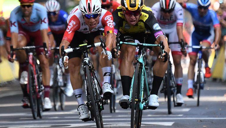 Caleb Ewan al frente y el holandés Dylan Groenewegen en un intenso remate. (Foto Prensa Libre: AFP)