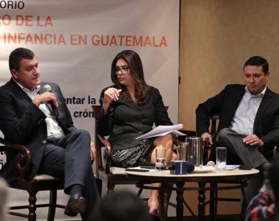 Guillermo Castillo, candidato de Vamos y Carlos Raúl Morales, de la UNE, conversan con la periodista María Luisa Gómez en el conversatorio sobre primera infancia. (Foto Prensa Libre:  Juan Diego González)