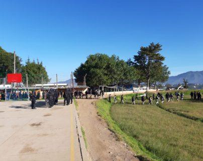 Al menos mil 500 agentes de la PNC participan en la requisa en la cárcel de Cantel, Quetzaltenango. (Foto Prensa Libre: PNC)
