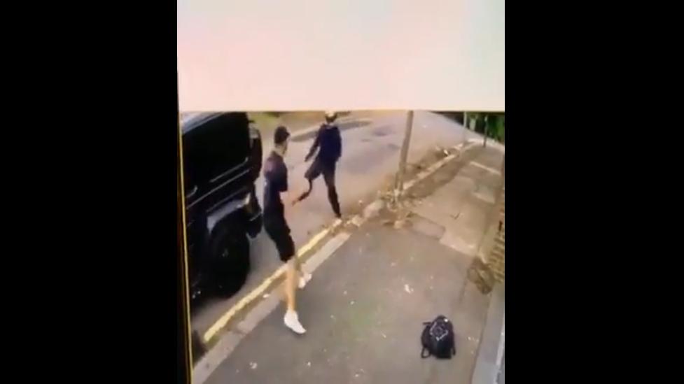 Mesut Özil es víctima de asaltantes en Londres y su amigo Kolašinac lo defiende a puñetazos