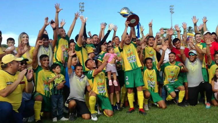 Los jugadores de Guastatoya presumen la copa conquistada. (Foto Prensa Libre: Luis López)
