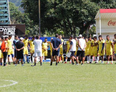 El entrenador Jorge Rodríguez conversa con sus futbolistas. (Foto Prensa Libre: Eduardo Sam Chun)