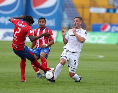 El argentino Cristian Hernández se lesionó en el juego frente al Olimpia. (Foto Prensa Libre: Edwin Fajardo)