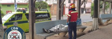 Hombre fallecido por posible intoxicación alcohólica. (Foto Prensa Libre: Bomberos Municipales)