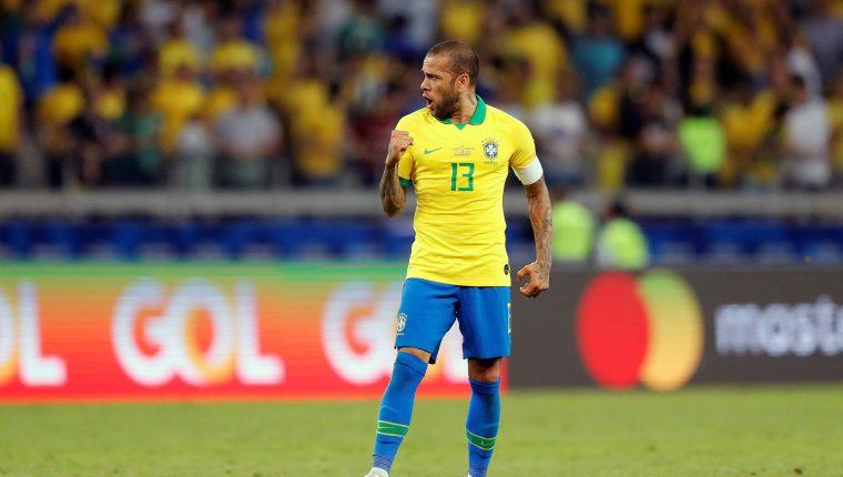 Dani Alves celebra al final del partido Brasil-Argentina de semifinales de la Copa América 2019, en el estadio Mineirao de Belo Horizonte (Foto Prensa Libre: EFE)