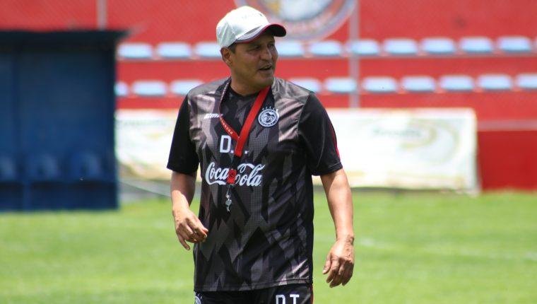 El técnico Walter Horacio González le brinda un voto de confianza a Carlos Kamiani. (Foto Prensa Libre: Raúl Juárez)