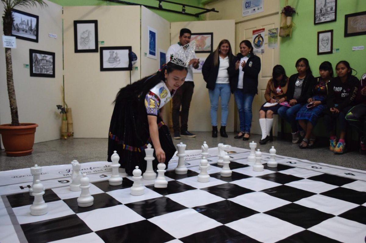 Madrina del Centro Cultural de La Esperanza  entrega juego para el desarrollo del ajedrez