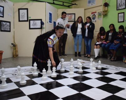 Jennifer Sarat hizo una demostración del uso de las piezas que servirá para la enseñanza del ajedrez. (Foto Prensa Libre: Raúl Juárez)