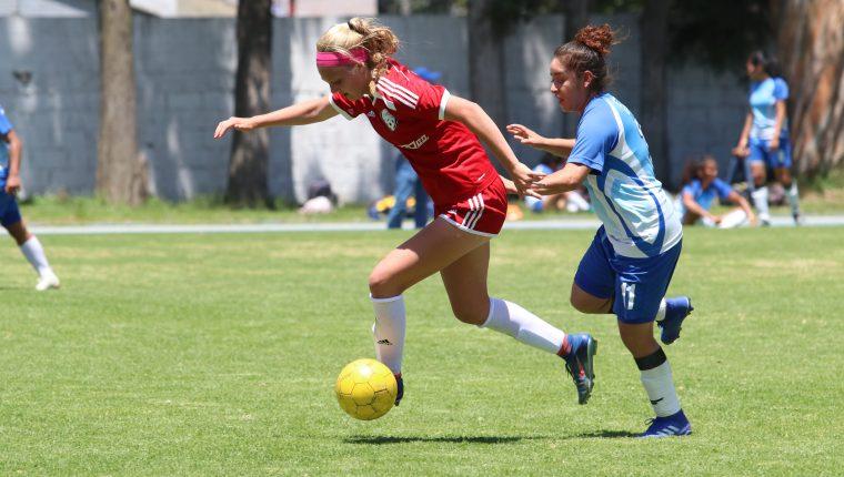 A pesar del abultado marcador el juego fue intenso con opciones en ambos marcos. (Foto Prensa Libre: Raúl Juárez)