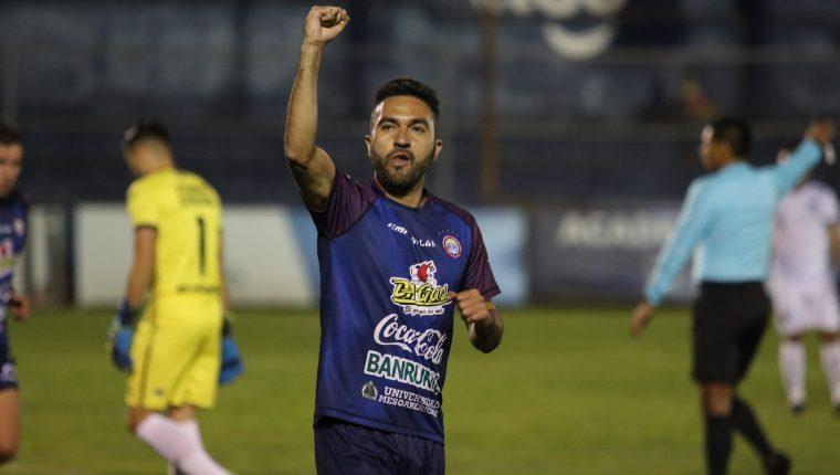 Carlos Kamiani Félix anotó doblete ante Jicaral y sigue mostrando su olfato goleador. (Foto Prensa Libre: Raúl Juárez)