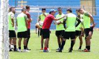 Sebastián Bini, técnico interino de Municipal, realiza un entrenamiento el martes 23 de julio de 2019, en el estadio El Trébol. (Foto Prensa Libre: Francisco Sánchez).
