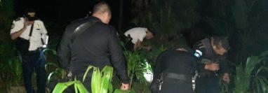 Policías rastrean el lugar donde ocurrió la balacera. (Foto Prensa Libre: PNC)