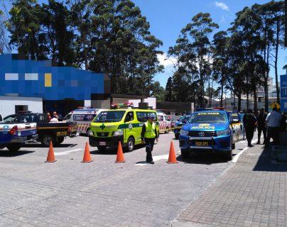 Socorristas y policías, en el lugar del supuestos atraco a una agencia bancaria. (Foto: Bomberos Municipales)