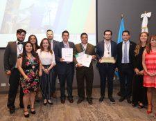 Ganadores del primer premio Ager RSE para fomentar el espíritu innovador en las universidades guatemaltecas. Les acompañan impulsores del reconocimiento. (Foto, Prensa Libre: Érick Ávila).