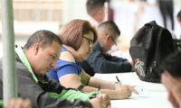 FERIA DE EMPLEO ZONA 1. Se llev— a cabo una Feria de Empleo, organizada por la Fundaci—n Educaci—n & Empleo y con la colaboraci—n de la Municipalidad. En la imagen, feria de empleo en el Parque de la Constituci—n, j—venes llenan solicitudes de empleo.  Juan Diego Gonz‡lez.  220719
