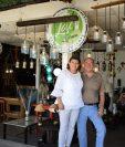 Lissette Galindo de Citalán y Fredy Citalán    han impulsado su emprendimiento de lámparas artesanales elaboradas  con productos reciclados, vidrio,  botellas, metal, madera y otros. Hoy se enorgullecen de un sueño que empezó con poco. (Foto, Prensa Libre: Claudia Martínez).