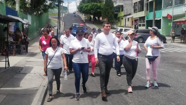 Unos 25 vecinos de la colonia El Paraíso II, participaron en una caminata para pedir mejoras de atención y diagnóstico de pacientes con síntomas de dengue. (Foto Prensa Libre: Cortesía)