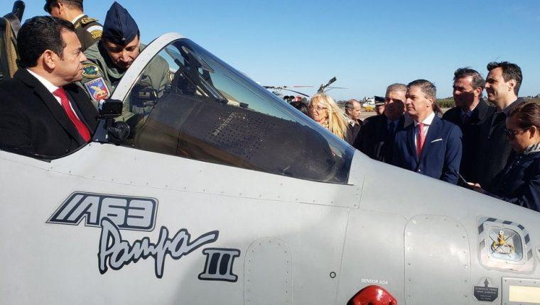 El presidente Jimmy Morales se sube al avión Pampa III en el cierre de la negociación de la compra de esas aeronaves. (Foto Prensa Libre: Cortesía)