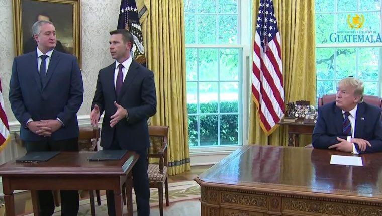 El ministro de Gobernación, Enrique Degenhart, junto al secretario de Seguridad Interna, Kevin McAllennan y el presidente de EE. UU., Donald Trump. (Foto Prensa Libre: Tomada de YouTube)