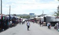 Un estudiante guatemalteco se dirige a estudiar se dispone a cruzar la frontera debido a que estudia en  una escuela de El Salvador. (Foto Prensa Libre: Juan Diego González)
