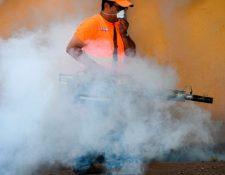 Un trabajador fumiga el interior de una vivienda en la zona 7 durante las jornadas de limpieza de 2015. (Foto Prensa Libre:  Hemeroteca PL)