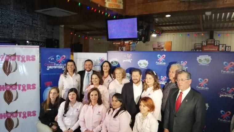 Representantes de Fundecán, agua pura Salvavidas y Guate-Eventos, anunciaron la carrera para recaudar fondos.(Foto Prensa Libre: José Patzán)