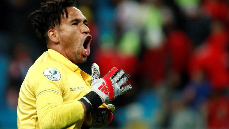 El guardameta Pedro Gallese, quien estuvo fatal contra Brasil, se reivindicó como uno de los héroes contra Chile (Foto Prensa Libre: AFP)