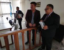 Gary Othoniel Paredes Mazariegos junto con sus abogados Juventino Chitay y Miguel López en la sala de audiencias del Tribunal Tercero Penal. (Foto Prensa Libre: Kenneth Monzón)