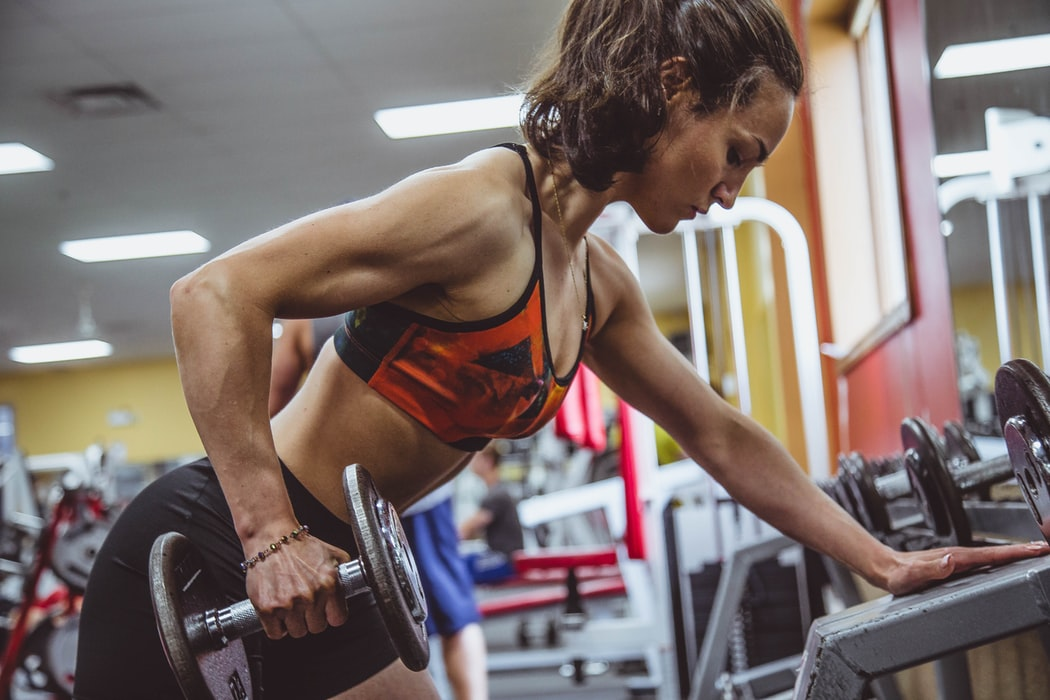 como bajar de peso haciendo pesas