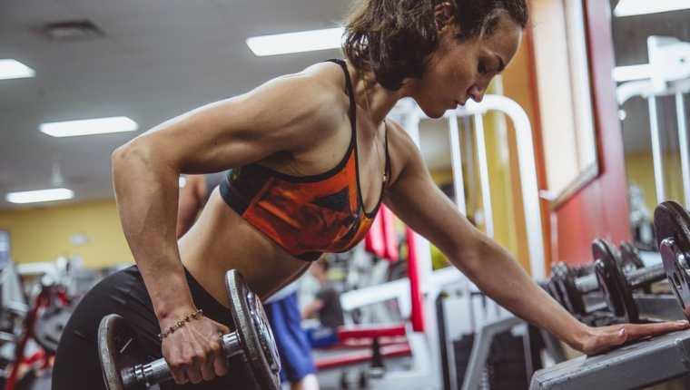Al trabajar con pesas los expertos sugieren comenzar con un peso que pueda levantar cómodamente de 12 a 15 veces. Conforme adquiera fuerza, aumente de forma gradual la cantidad de peso que utiliza para entrenar. (Foto Prensa Libre: Servicios)