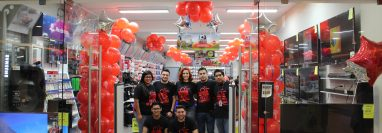 Con la presencia de directivos y empleados Radio Shack renovó la imagen de sus tiendas. Foto Cortesía