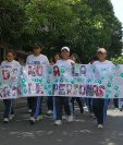 Las jóvenes marcharon por la sexta avenida de la zona uno capitalina. (Foto Prensa Libre: Jorge Ovalle)