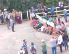 Grupo de trabajadores municipales que impide paso hacia Semuc Champey. (Foto Prensa Libre. Eduardo Sam).