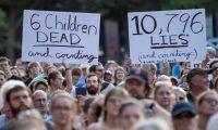 Activistas humanitarios en una protesta en Washington, D. C. en contra de las medidas migratorias de Donald Trump. (Foto Prensa Libre: EFE)