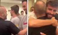 Andrés Iniesta saludando a sus excompañeros del FC Barcelona. (Foto Prensa Libre: FC Barcelona)