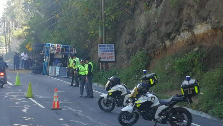 Un autobús volcó en el km 41 de la ruta Interamericana y obstaculiza el paso hacia la capital. (Foto Prensa Libre: Fernando Magzul)