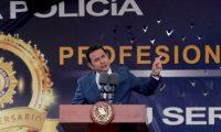 GU5001. CIUDAD DE GUATEMALA (GUATEMALA), 19/07/2019.- El presidente de Guatemala, Jimmy Morales, da un discurso durante el desfile del 22° aniversario de la Policía Nacional Civil (PNC), este viernes por las calles del Centro Histórico de la Ciudad de Guatemala, terminando en la Plaza de la Constitución (Guatemala). EFE/Esteban Biba