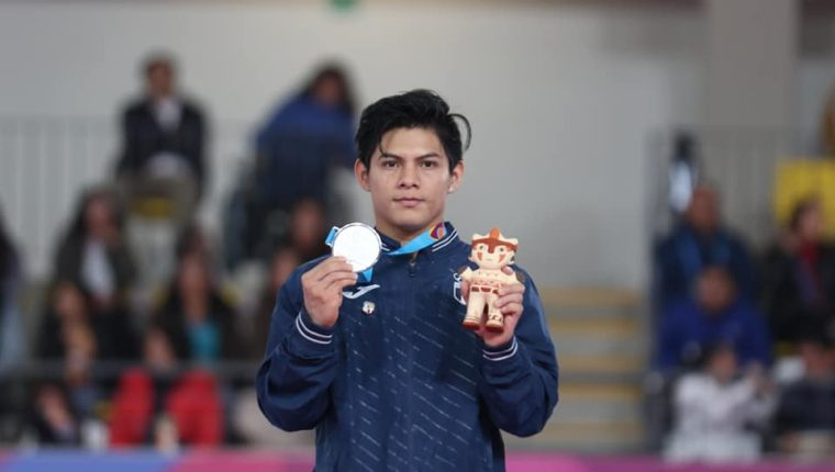 Jorge Vega muestra la medalla de plata conseguida en los Juegos Panamericanos de LIma. (Foto COG).