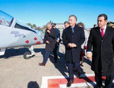 El presidente Jimmy Morales concretó la adquisición de los dos aviones Pampa III durante una visita a Argentina. (Foto Prensa Libre: @mauriciomacri)