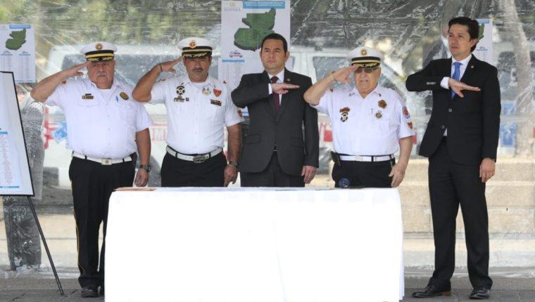 El presidente Jimmy Morales participó en la donación de ambulancias. (Foto Prensa Libre: Érick Ávila)