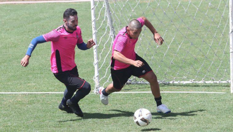 John Méndez (derecha) se lesionó durante el entrenamiento del martes y se perderá el Clásico 307. (Foto Prensa Libre: Francisco Sánchez)